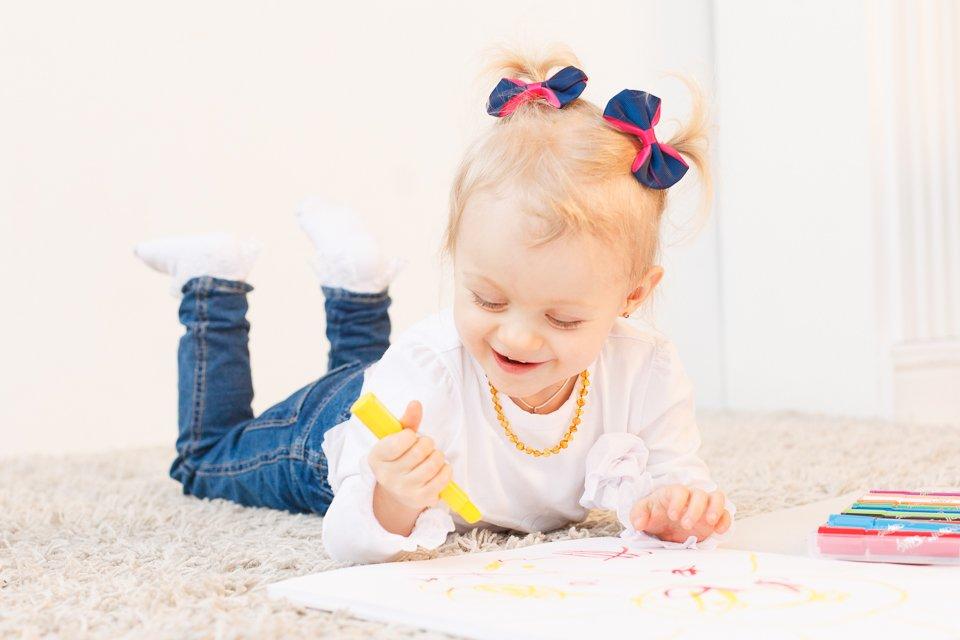 Фото девочки, рисующей фломастерами