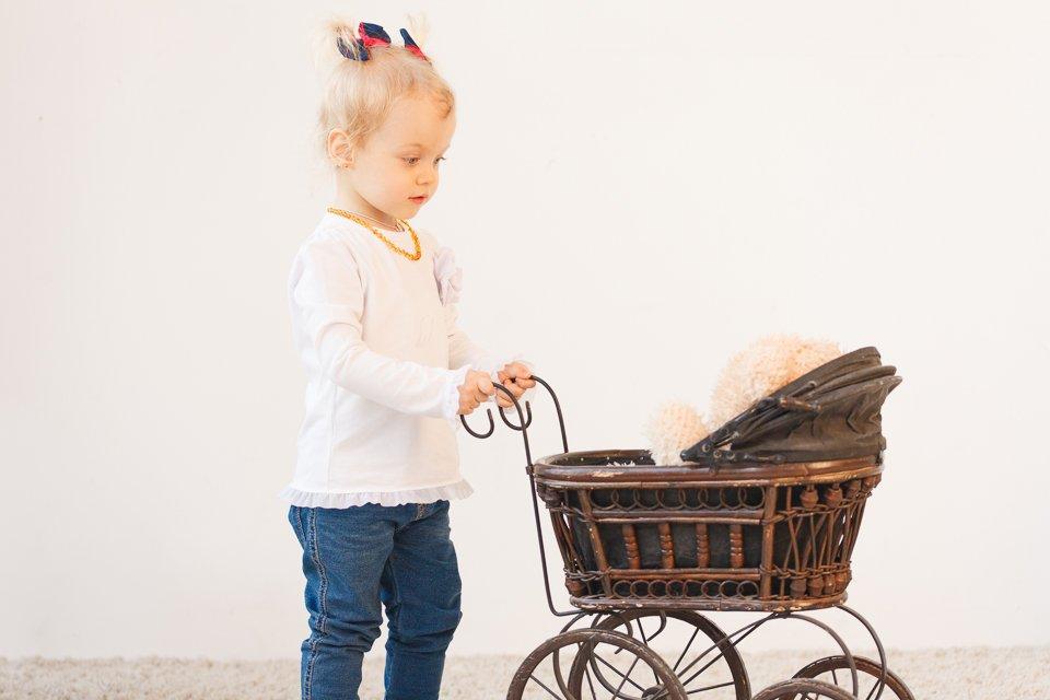 Фото девочки с игрушечной коляской