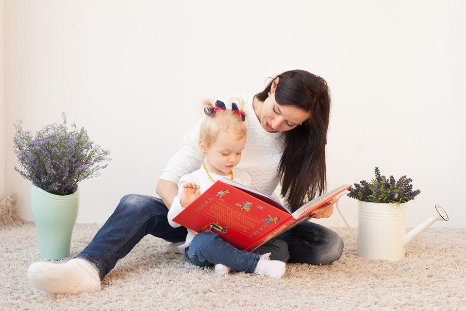 Маша с мамой читают детскую книжку