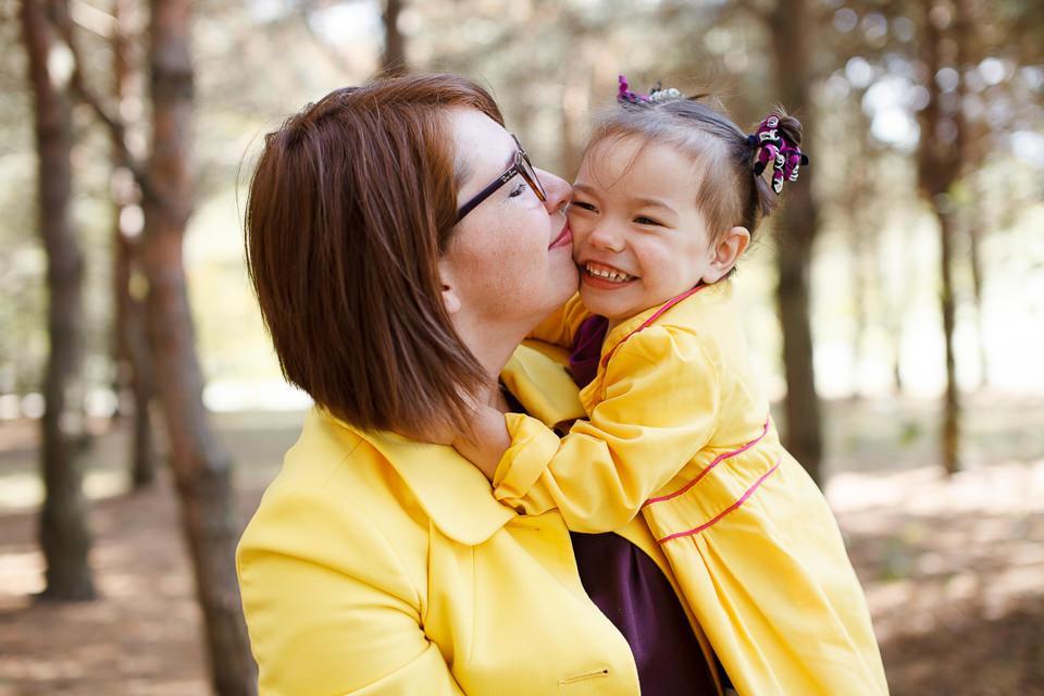 Фото мамы и дочки в желтых плащах