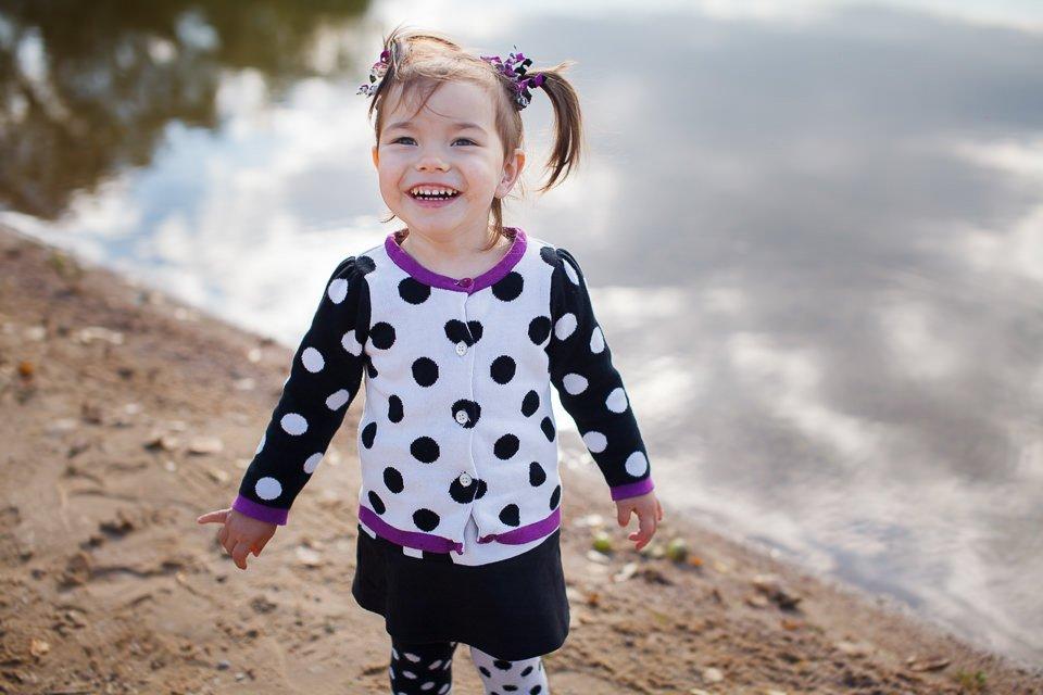 Фото ребенка возле озера - детская фотосессия на природе
