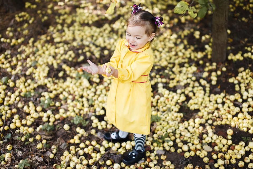 Фото Софии среди желтых осенних яблок