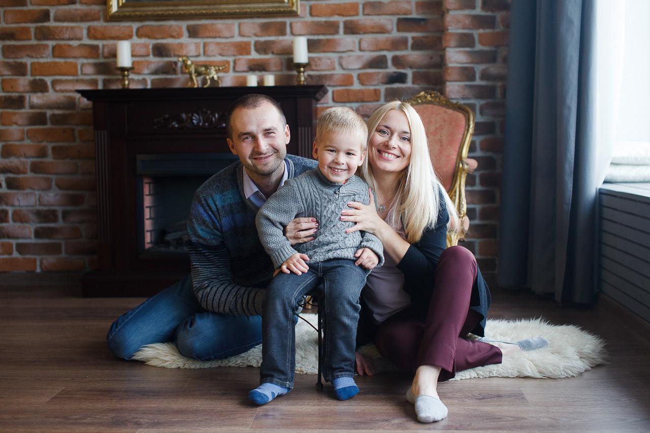 Семейная фотосессия в тематическом интерьере
