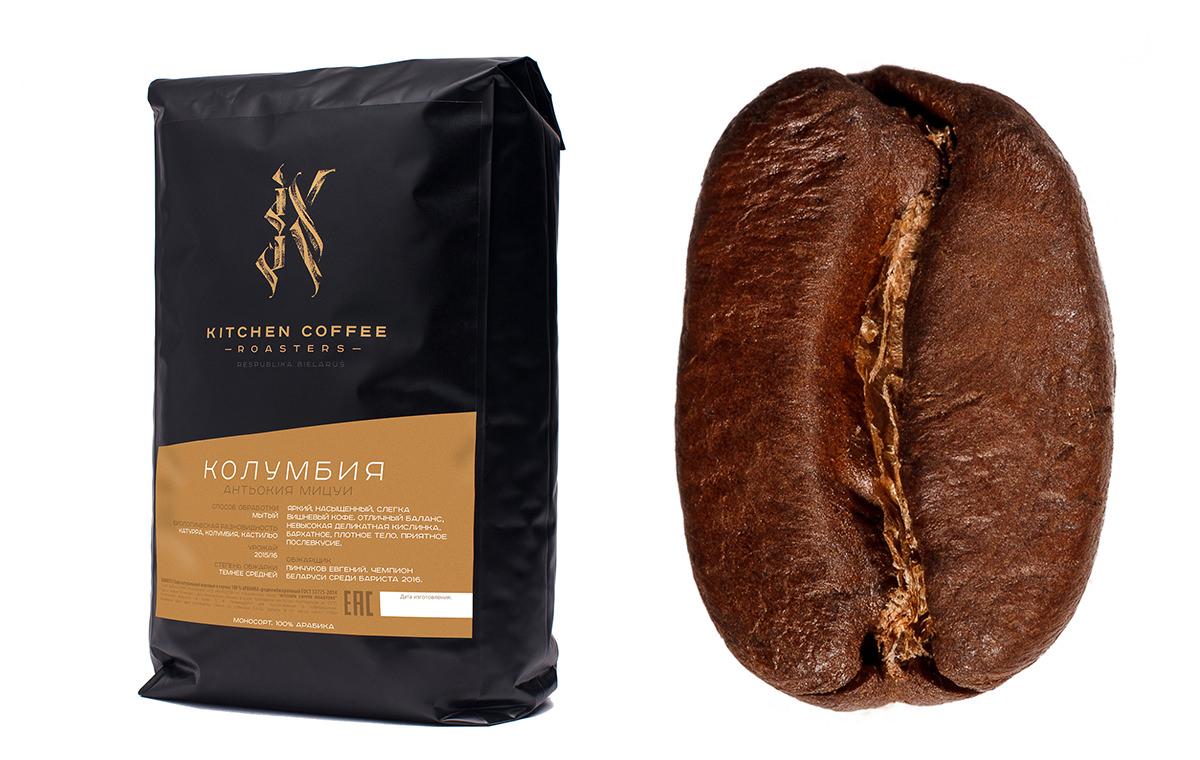 Фотография кофейного зерна и пачки с кофе крупным планом на белом фоне