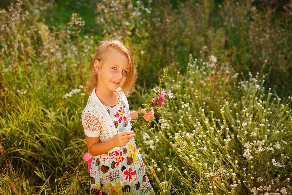 Детская фотосъемка для девочки среди полевых цветов