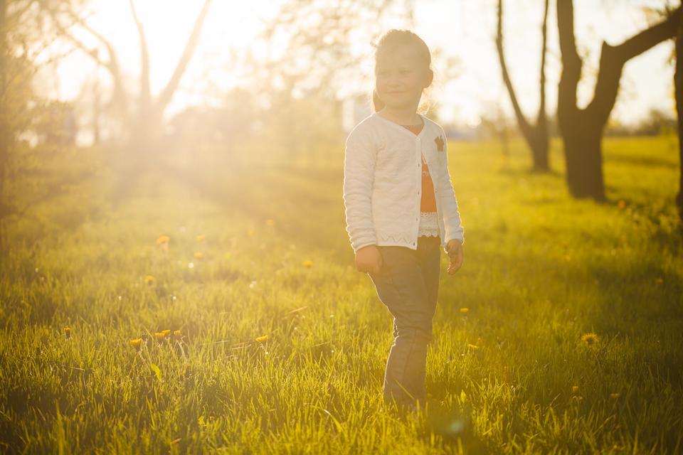 Детская фотосессия весной во время заката
