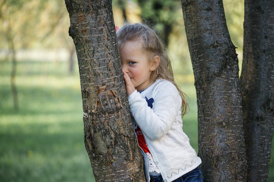 Фото Мелиты среди деревьев в Лошицком парке в Минске