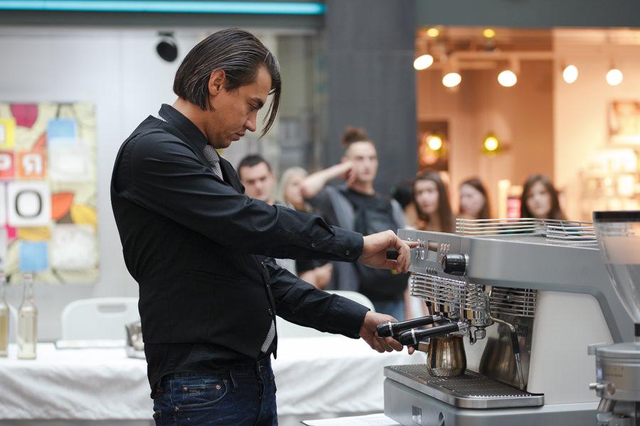 Приготовление напитка на фестивале кофе и чая