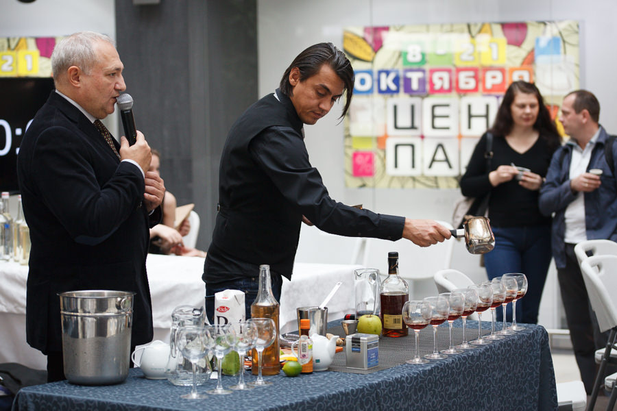 Приготовление кофейного напитка с алкоголем на кофейном фестивале