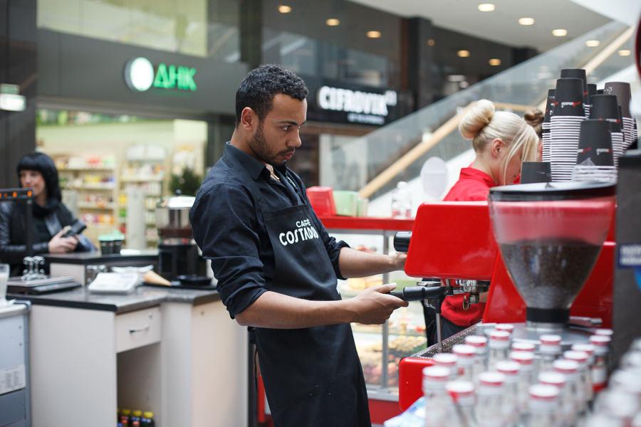Фото бариста возле кофемашины