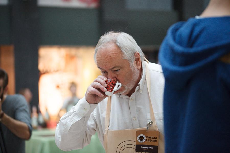 Фото Альфа Камера, который пьёт кофе