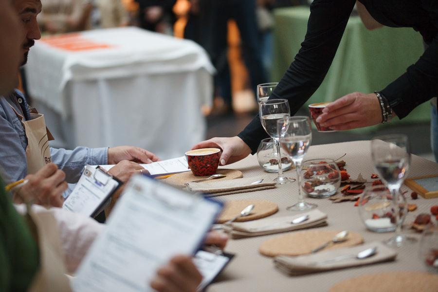 Судьи оценивают выступление и кофе участницы фестиваля