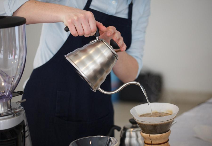 Фото заваривания кофе в кемексе