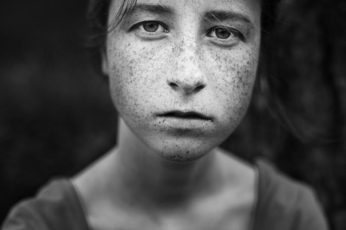 Черно-белая фотография девушки на природе