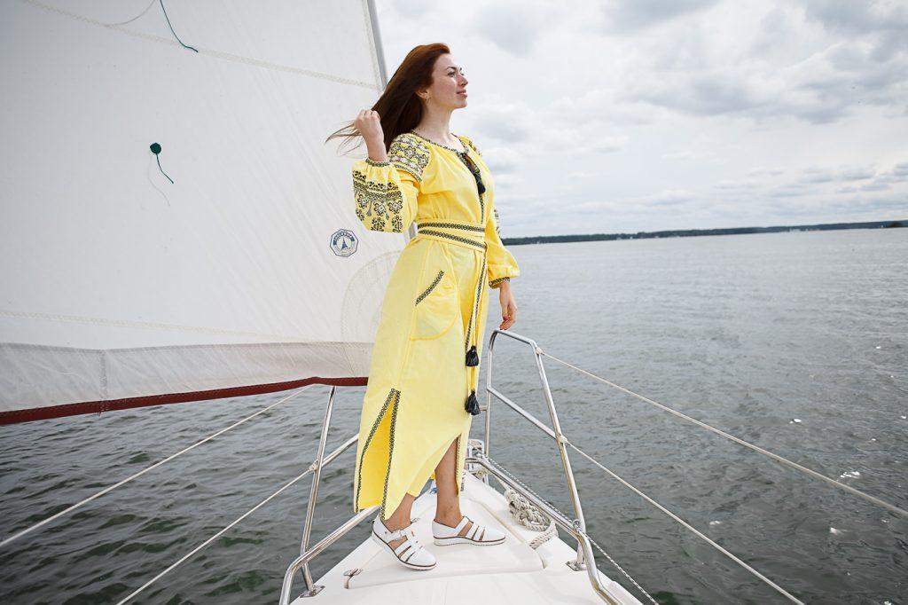 Фото девушки на яхте