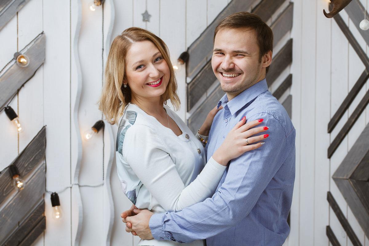 Фото молодой пары в студии