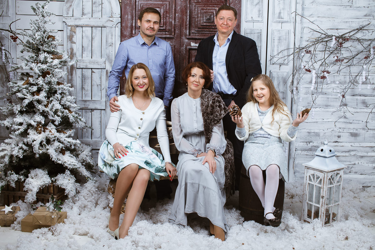 Фотосъемка для семьи в студии с новогодними интерьерами