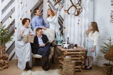 Праздничная семейная фотография в новогодних локациях в профессиональной фотостудии