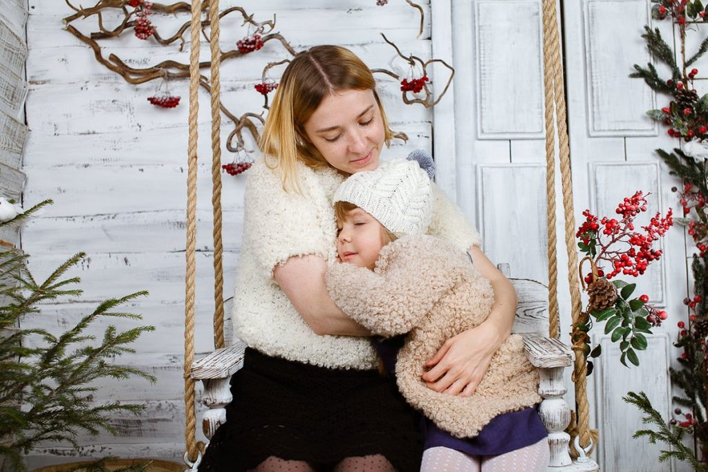 Фото мамы с дочкой на качелях в фотостудии