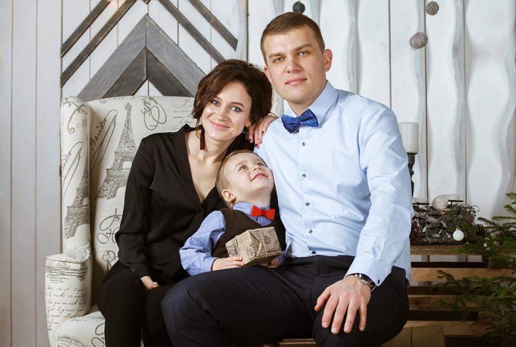 Фотография родителей с ребенком с новогодней фотосъёмки