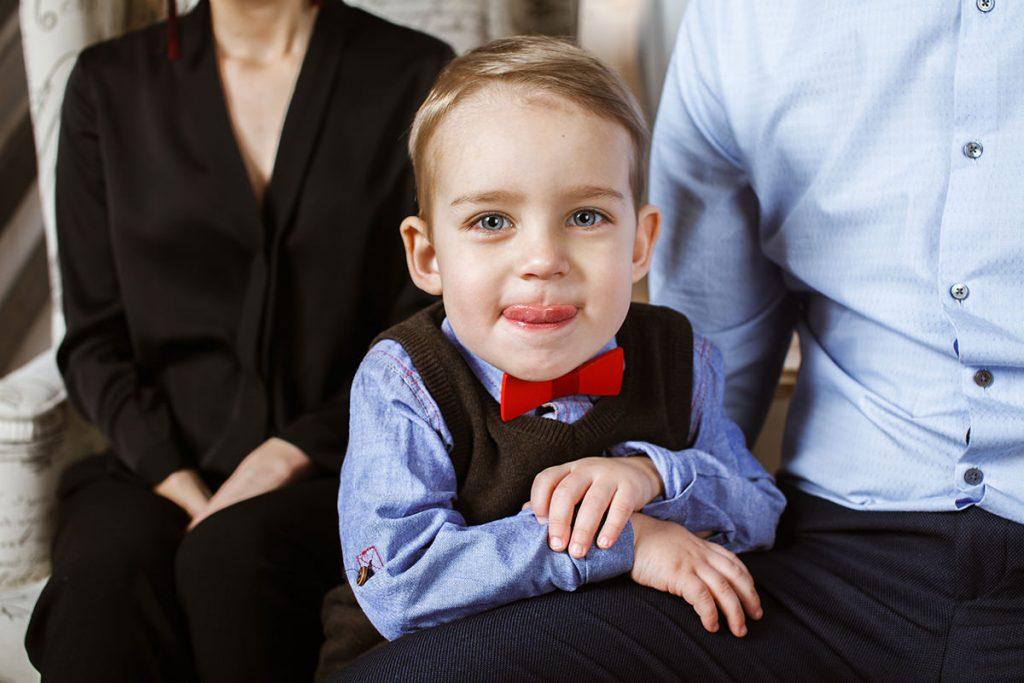 Фотография мальчика с семейной фотосессии в студии