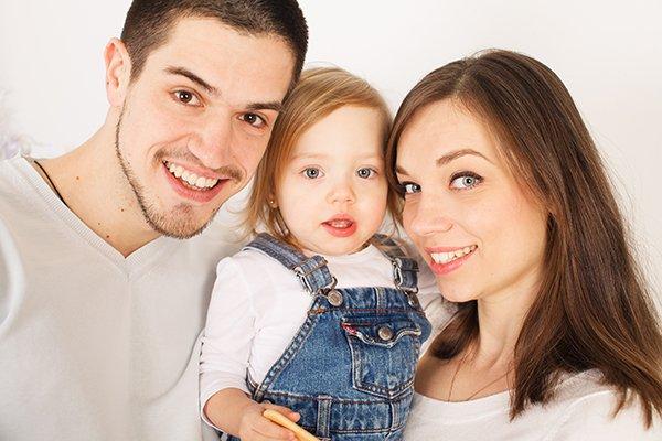 Семейная фотография родителей с дочкой в студии