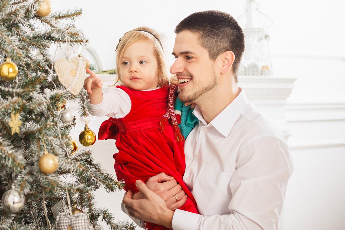 Фото папы с дочкой возле новогодней ёлки