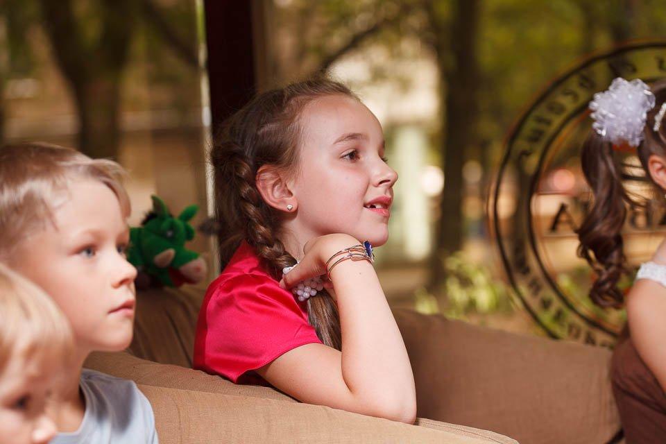 Девочка смотрит шоу юного химика