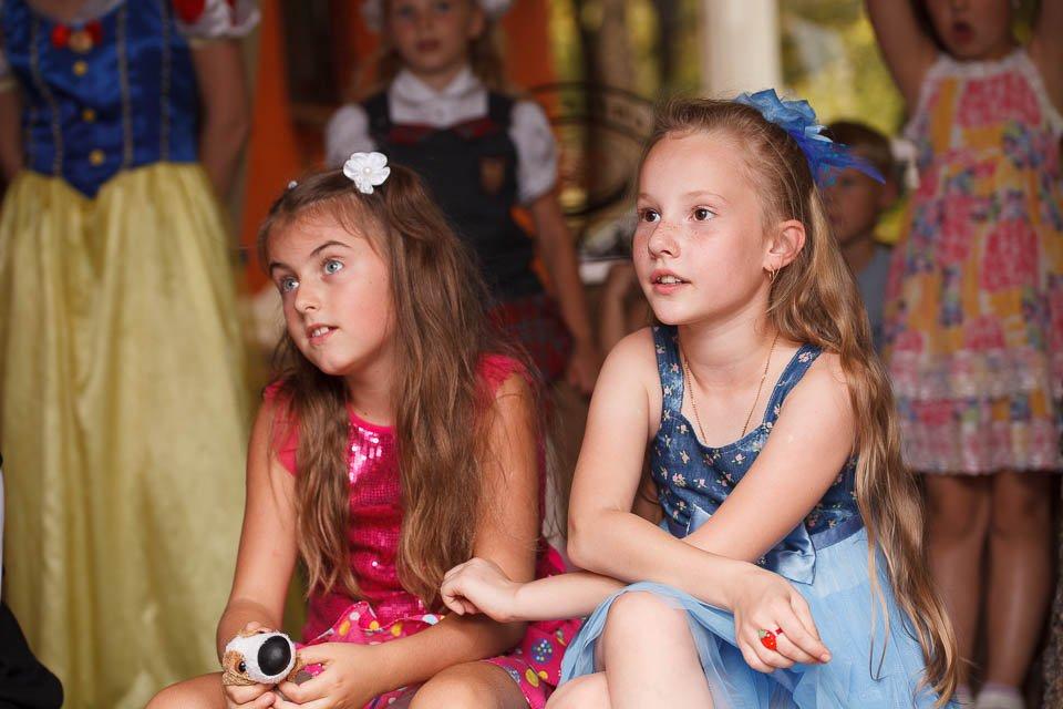 Дети смотрят шоу химика