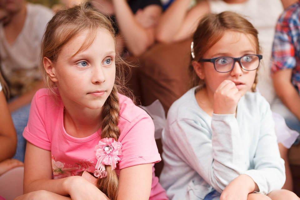 Дети внимательно смотрят шоу химика
