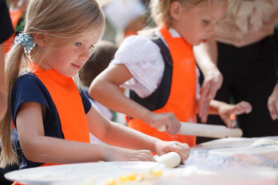 Фото детей, которые учатся раскатывать тесто для пиццы