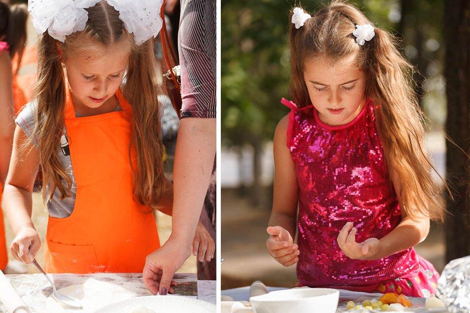 Дети учатся готовить пиццу