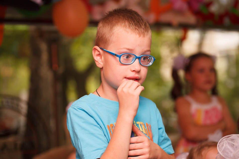 Фотография мальчика, который следит за шоу химика