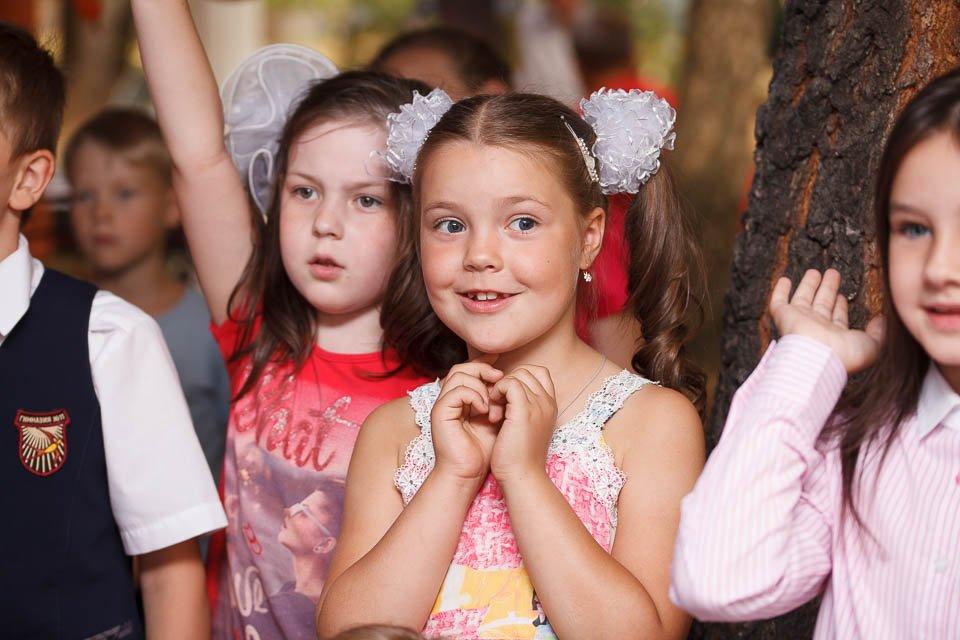 Девочка восторженно смотрит шоу химика