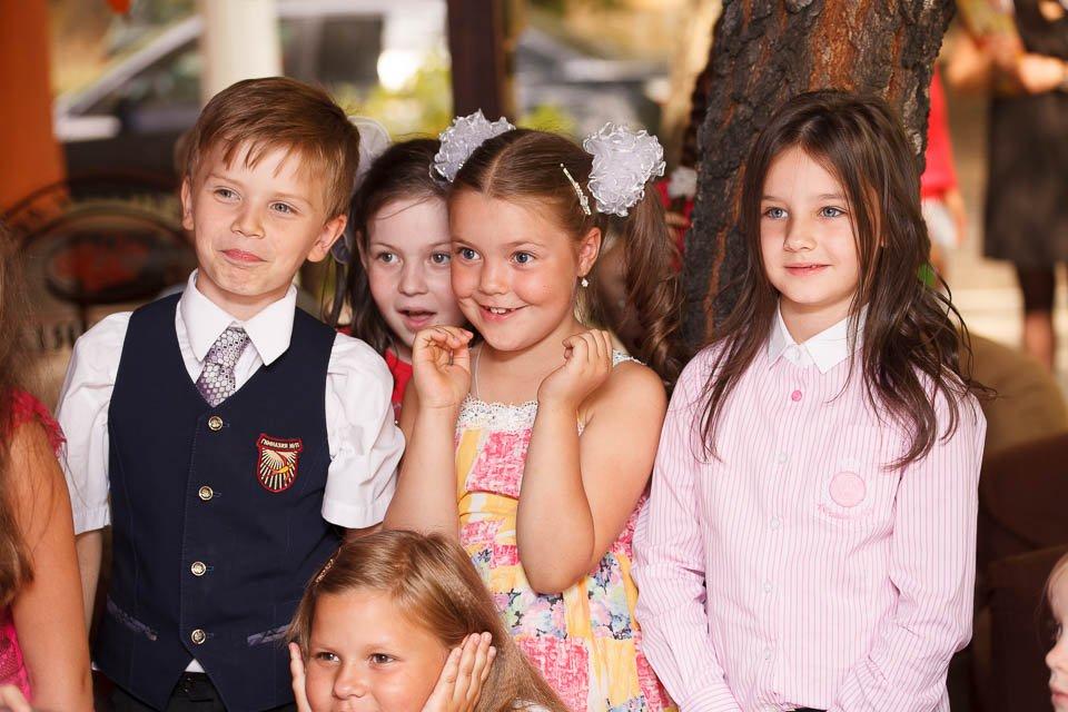 Фотография детей, которые смотрят химическое шоу на детском празднике