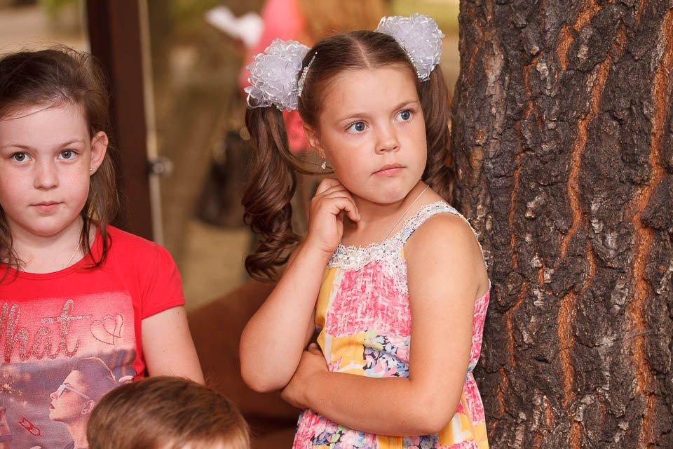 Девочка следит за химическим шоу на детском празднике в ресторане