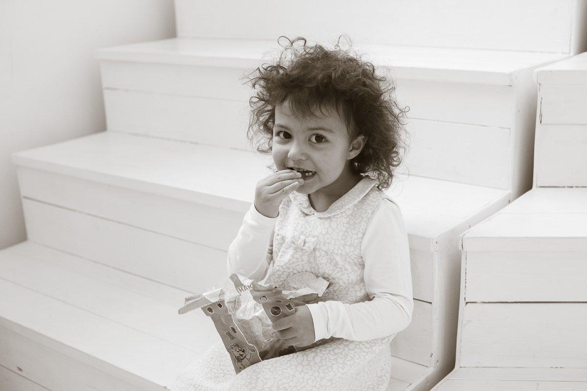 Ребенок ест конфеты