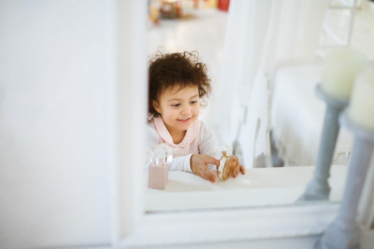 Детская фотосъемка в светлой интерьерной студии
