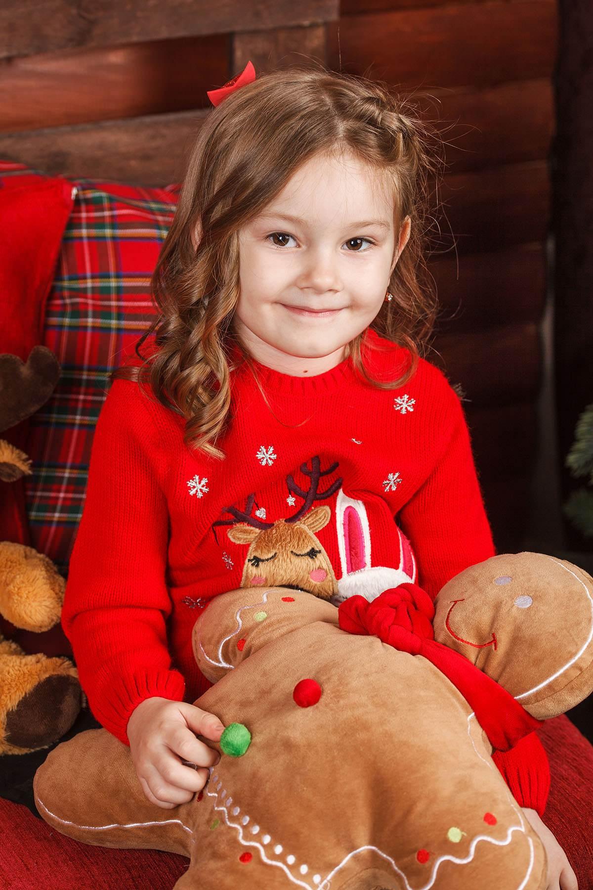 Детская фотосессия - фото девочки с мягкой игрушкой