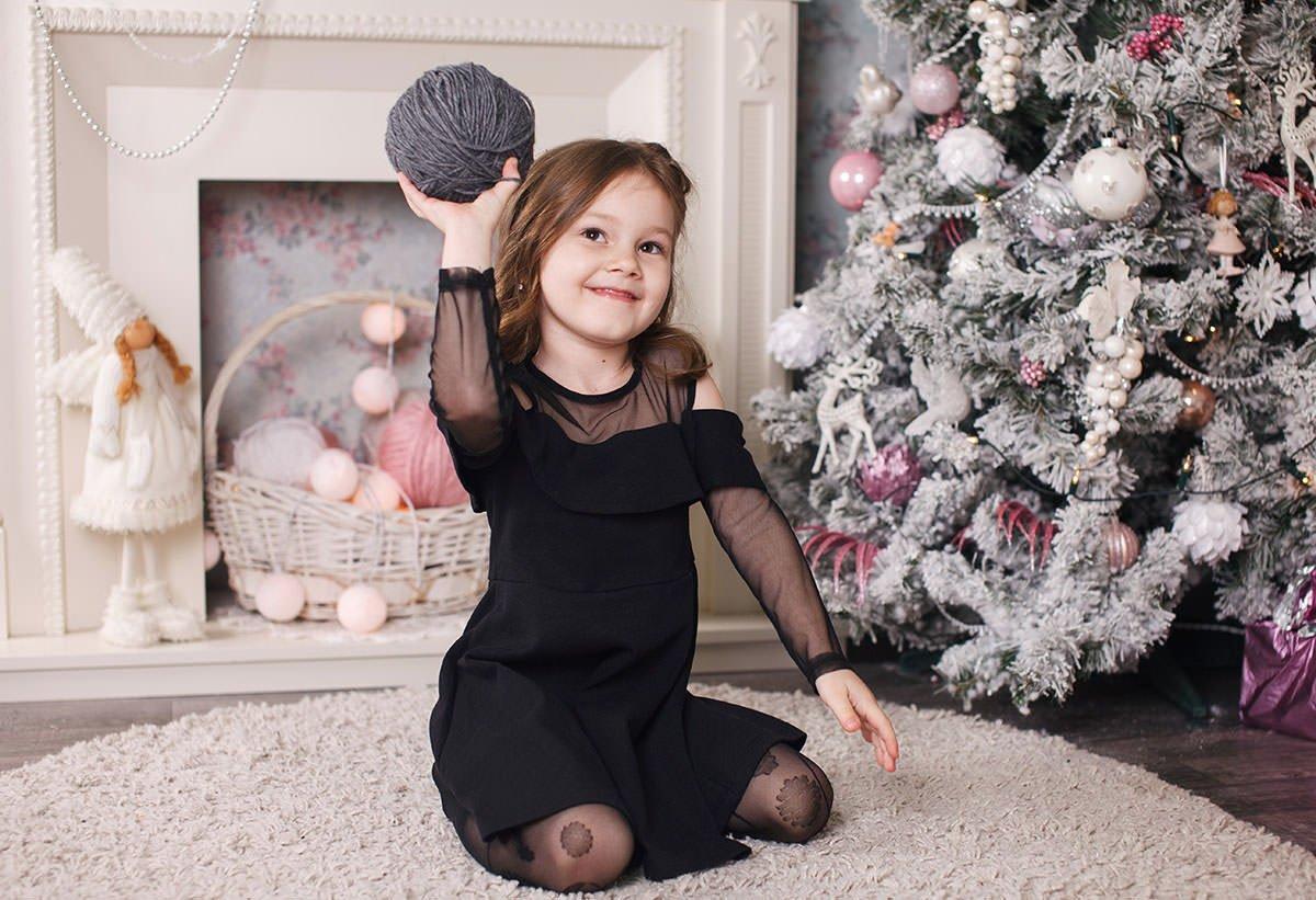 Фото Варвары возле новогодней ёлки в студии