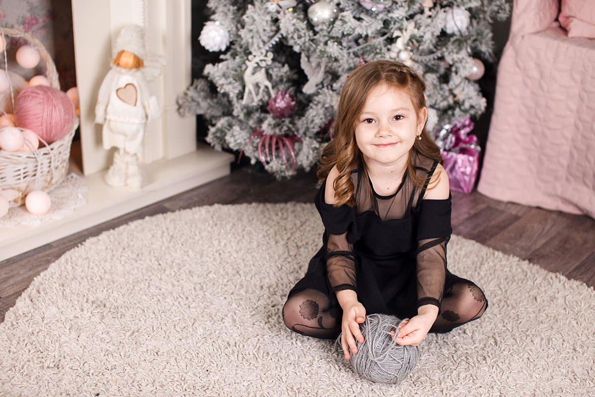 Фотосессия для детей в студии - фото Вари с клубком в руках