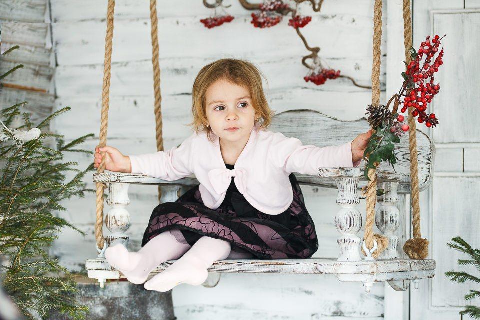 Фото Юстины на качелях в новогодних интерьерах