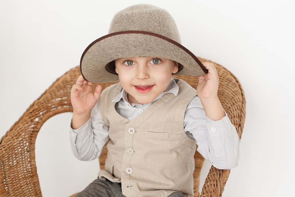 Фото ребенка на плетеном стуле