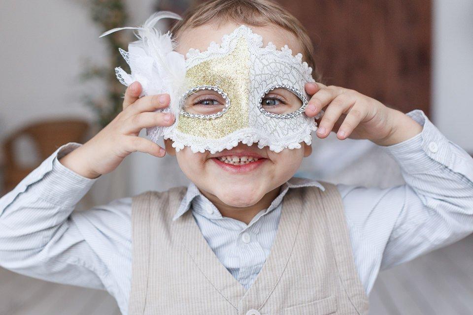 Портрет ребенка в карнавальной маске