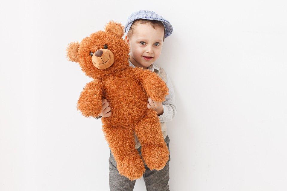 Фото мальчика с мягкой игрушкой в руках
