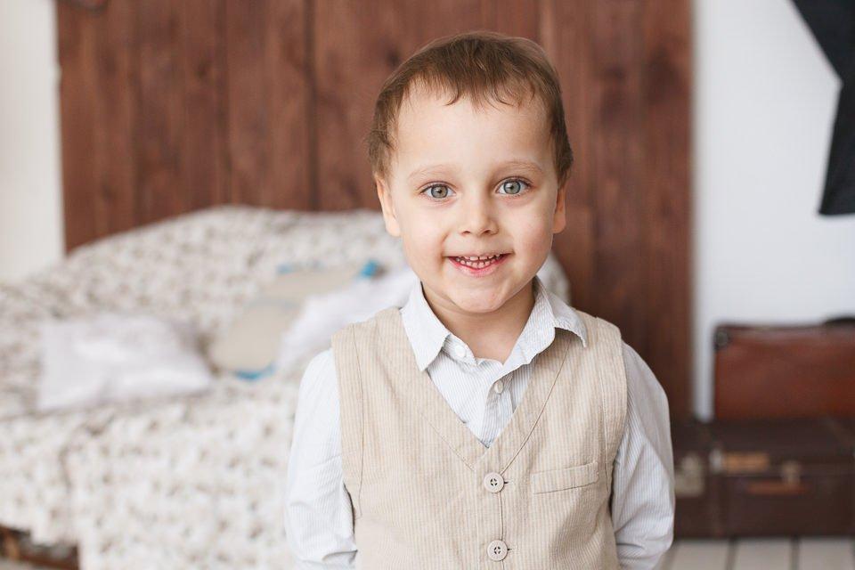 Портрет мальчика в интерьерной фотостудии в Минске