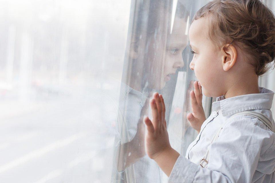 Фотография ребенка возле окна