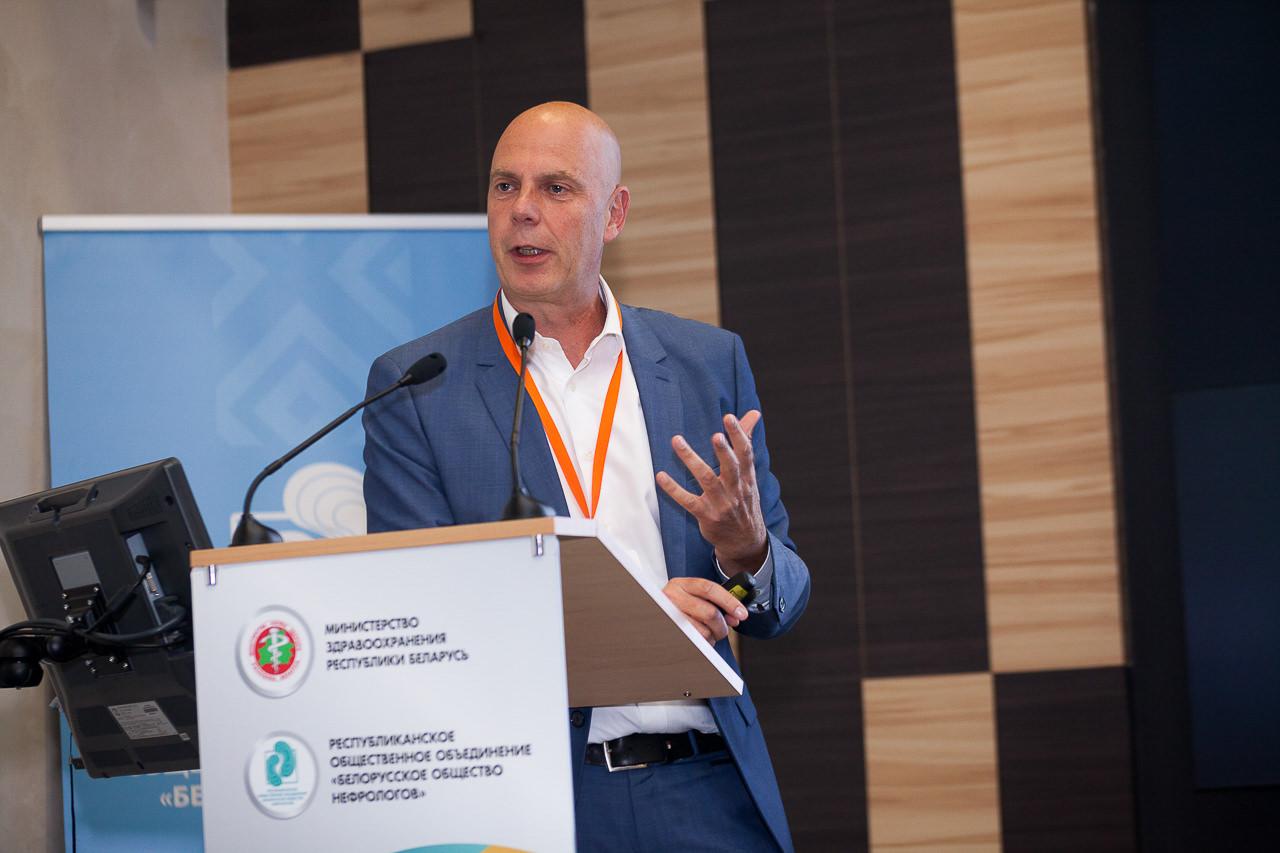 Докладчик выступает на международной конфренции