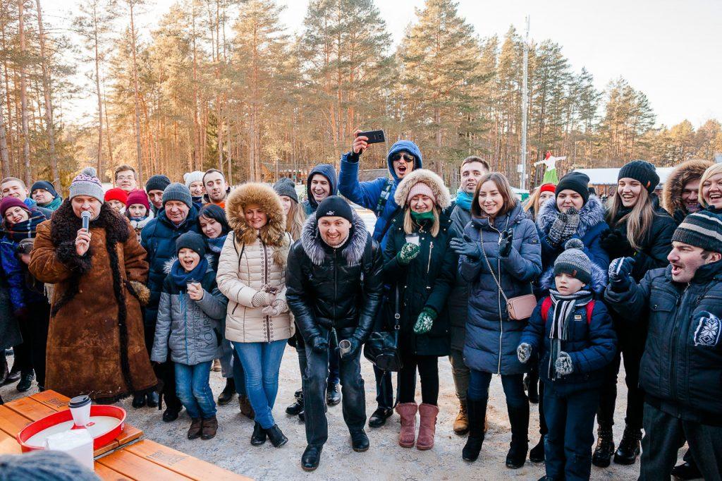 Зрители болеют за участников конкурса по поеданию блинчиков