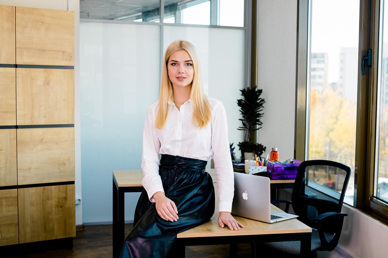 Деловой портрет девушки в офисе